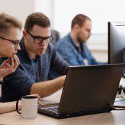Podczas szkolenia - mężczyźni przy laptopie